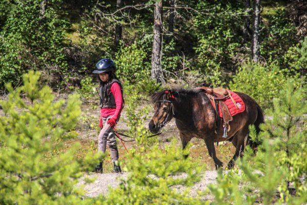 En pige - en hest - og så den dejlige natur