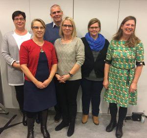 Bagerst fra venstre: Helle Brendstrup, John V. Hansen, Anne Sofie Jepsen Forrest fra venstre: Caroline Thrane, Mie Trolle, Caroline Seehusen.